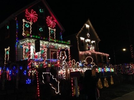 Tune your car radio to a specific frequency to see the North Kensico Christmas Light Show synced to classic Christmas tunes