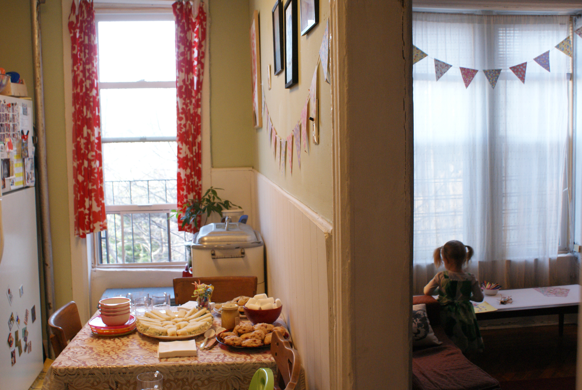 How to host a great kids 39 party in a small apartment for Decorating your apartment