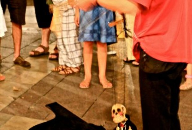 Avignon has a  fun street life at night. Puppeteers entertain children.