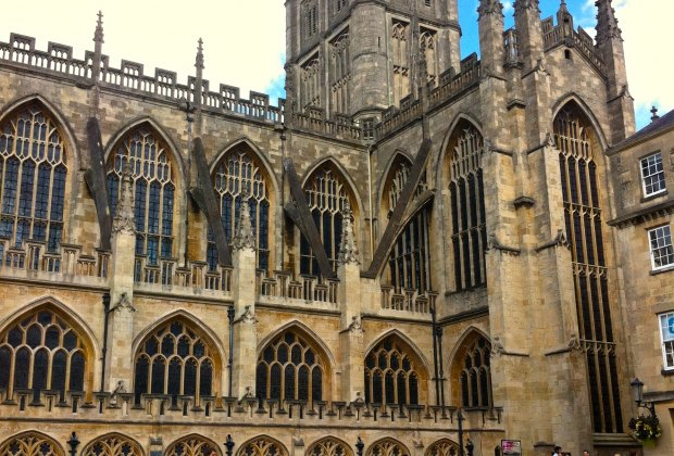 Plenty of seating to enjoy buskers by Bath Abbey