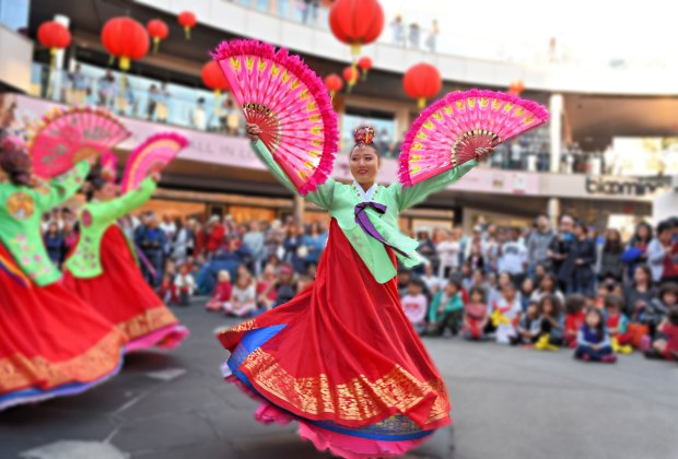 Guests watch traditional fan dancers at Santa Monica Place's 2018 Lunar New Year celebration. Photo by Mathew Tucciarone courtesy of Santa Monica Place