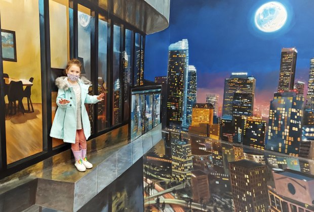 Hollywood's Museum of Illusions: It only looks like you're on a ledge!